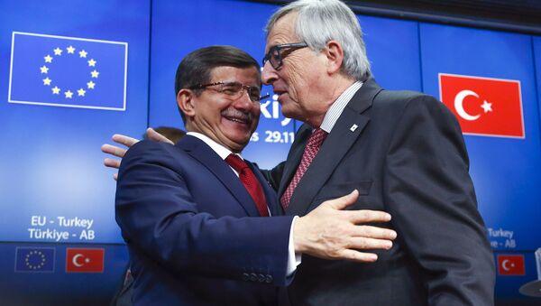 Primer ministro de Turquía, Ahmet Davutoglu, y presidente de la Comisión Europea, Jean-Claude Juncker - Sputnik Mundo