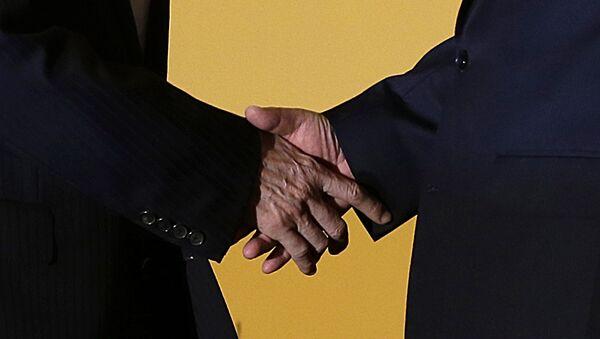 Presidente de China, Xi Jinping y presidende de Taiwán, Ma Ying-jeou, se dan un apretón de manos - Sputnik Mundo