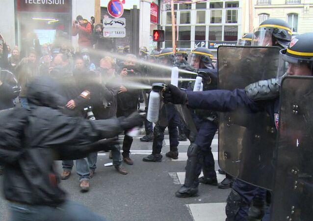 Chorros de gas pimienta para manifestantes de París