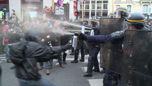 Chorros de gas pimienta para manifestantes de París - Sputnik Mundo