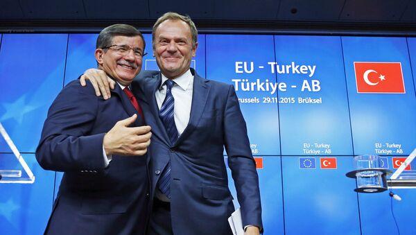 Primer ministro de Turquía, Ahmet Davutoglu, presidente del Consejo de la UE, Donald Tusk, en la cumbre UE-Turquía - Sputnik Mundo