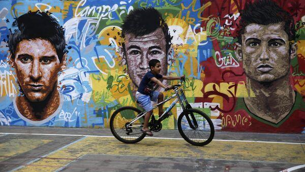 Retratos de Messi, Neymar y Ronaldo en un muro en Brasil - Sputnik Mundo