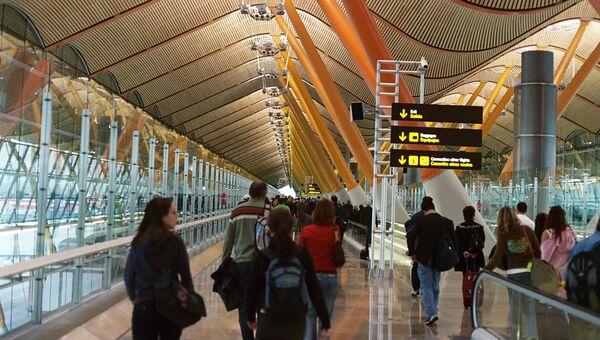 Los pasajeros en el Aeropuerto Barajas de Madrid (Archivo) - Sputnik Mundo