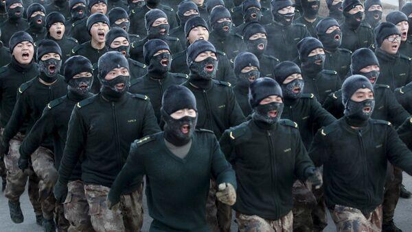 Militares chinos se entrenan en uniforme ligero a 20 grados bajo cero - Sputnik Mundo