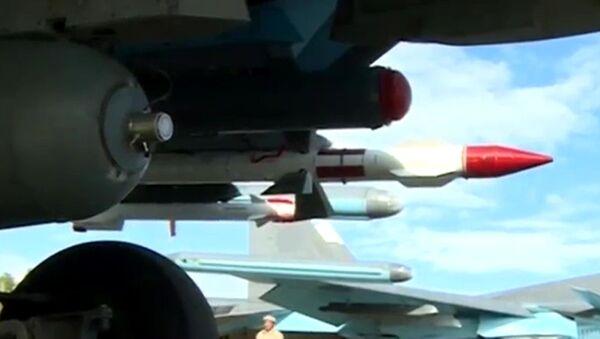 Los cazabombarderos Su-34 llevan misiles aire-aire en sus misiones aéreas - Sputnik Mundo