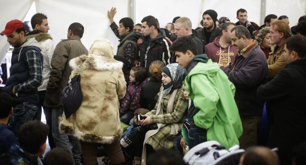 Migrantes y refugiados esperan la matriculación en una cola en Berlín, Alemania (archivo)