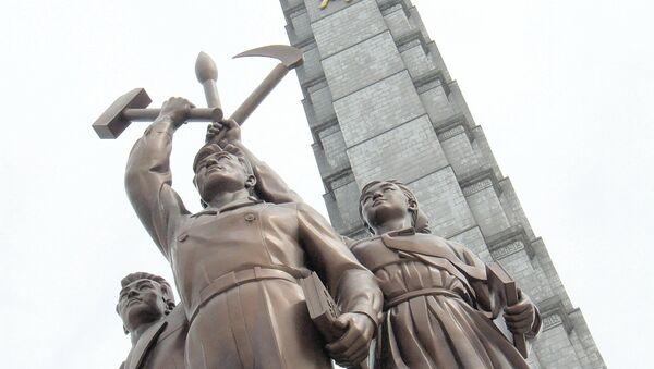 Escultura de obrero, campesino y intelectual y Torre Juche en Pionyang - Sputnik Mundo
