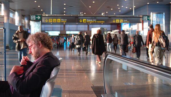 Pasajeros en el aeropuerto Barajas de Madrid - Sputnik Mundo