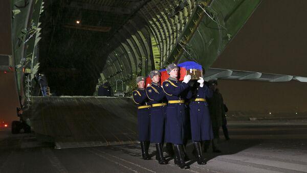 El avión con el cuerpo del piloto Oleg Peshkov en el aeródromo Chkálovski - Sputnik Mundo