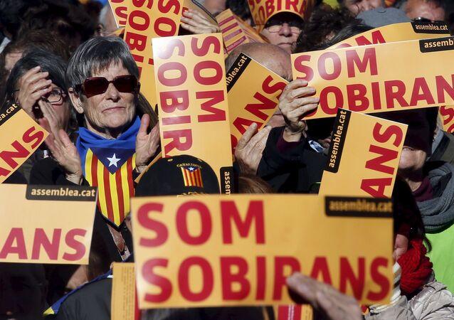 Partidarios de la independecia de Cataluña paticipan en una manifestación en Barcelona, España