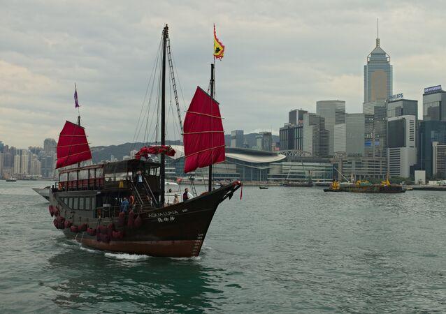 Un barco cerca de las costas de Hong Kong