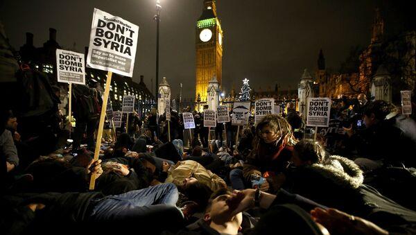 Se forma una masiva protesta de 'Parad la Guerra' frente al parlamento británico - Sputnik Mundo