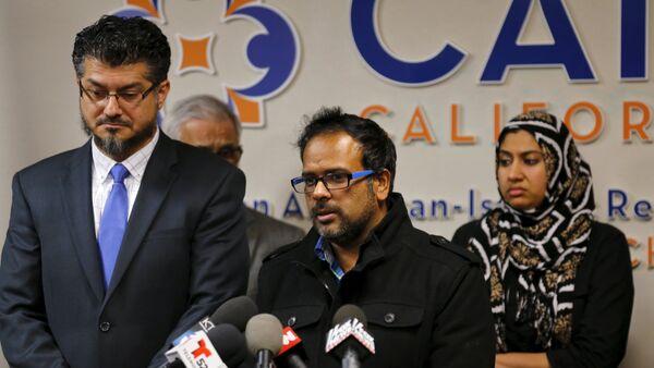 Cuñado del sospechiso Syed Farook, Farhan Khan (centro), y director ejecutivo del CAIR, Hussam Ayloush (izda.), durante una conferencia de prensa en Anaheim (California) - Sputnik Mundo