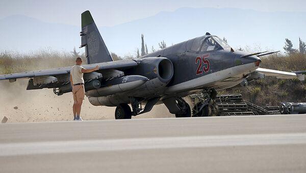 Miembro del personal de tierra señala al piloto de Su-25 en el aeródromo de Hmeymim en Siria - Sputnik Mundo