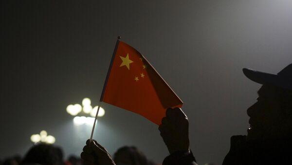 Los ciudadanos con la bandera de China en la Plaza de Tiananmén cubierta de bruma industrial - Sputnik Mundo