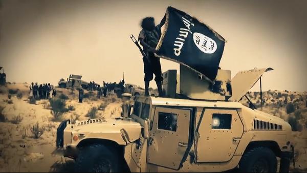 Terrorista con la bandera del Estado Islámico - Sputnik Mundo