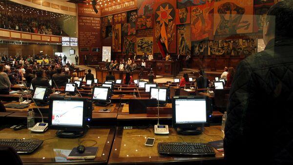 Parlamentarios ecuatorianos en una sesión del Asamblea Nacional en Quito - Sputnik Mundo