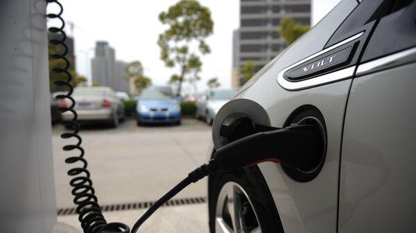 Un coche eléctrico Chevrolet Volt cargándose, Shanghái, China - Sputnik Mundo