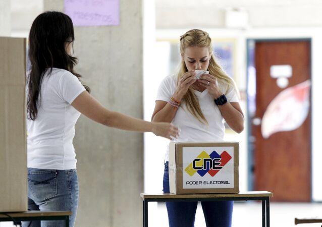 La esposa del líder de la oposición encarcelado Leopoldo López, Lilian Tintori, ejerció su derecho al voto