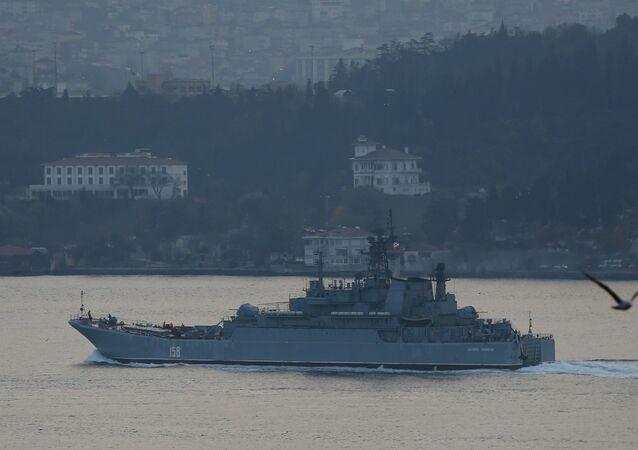 El buque de desembarco ruso Caesar Kunikov navegando el estrecho de Bósforo en 2015 (archivo)