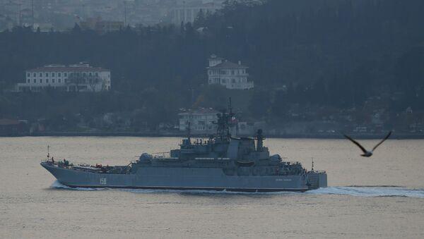 The Russian Navy's large landing ship Caesar Kunikov sets sail in the Bosphorus towards the Black Sea, in Istanbul, Turkey, November 25, 2015 - Sputnik Mundo