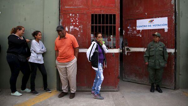 Prorrogan una hora cierre de mesas de votación en Venezuela - Sputnik Mundo