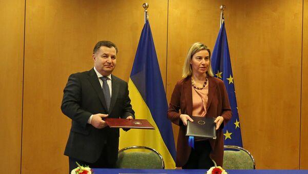 Ministro de defensa de Ucrania, Stepán Poltorak, y la jefa de la diplomacia europea, Federica Mogherini - Sputnik Mundo