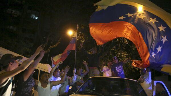 Partidarios de la MUD celebran su victoria en las elecciones parlamentarias de Venezuela, el 7 de diciembre de 2015 - Sputnik Mundo