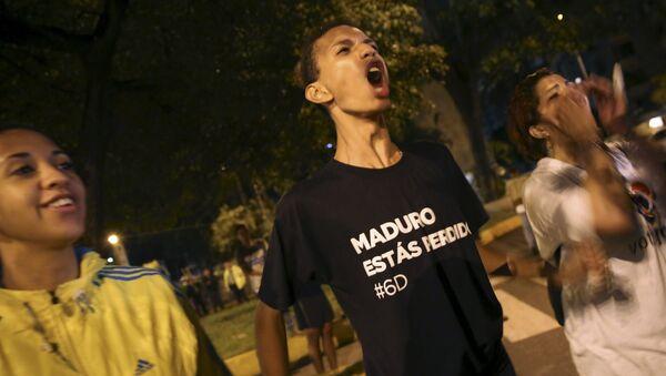 Partidario de la MUD celebra el fallo del PSUV en las elecciones parlamentarias de Venezuela, el 7 de diciembre de 2015 - Sputnik Mundo