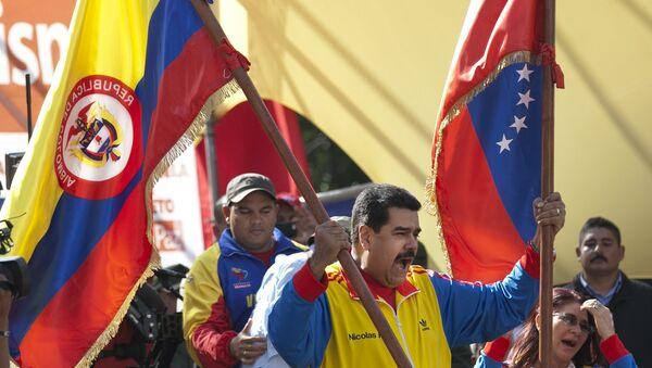 Nicolás Maduro, presidente de Venezuela, empuña las banderas de Colombia y Venezuela - Sputnik Mundo