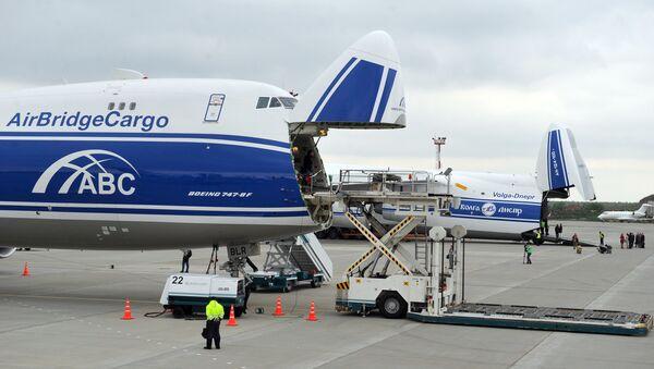 Avión de carga Boeing-747-8F en el aeropuerto Domodédovo de Moscú (archivo) - Sputnik Mundo