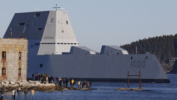 The first Zumwalt-class destroyer, USS Zumwalt, the largest ever built for the U.S. Navy, passes spectators at Fort Popham at the mouth of the Kennebec River in Phibbsburg, Maine, Monday, Dec. 7, 2015, in Bath, Maine - Sputnik Mundo