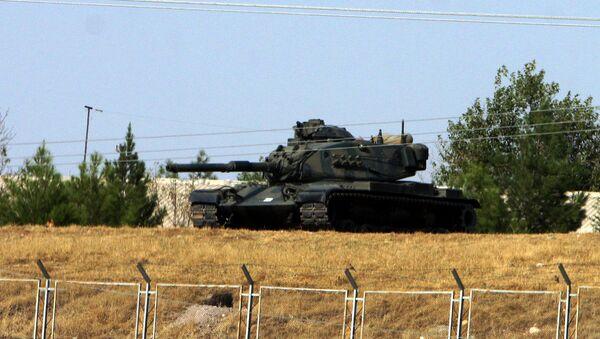 Turkish army tank is seen stationed near Cizre, some 35 kilometers from Turkish-Iraq border (File) - Sputnik Mundo