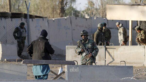 Fuerzas de Seguridad de Afganistán controlando la entrada del aeropuerto de Kandahar atacado por Talibán, el 9 de diciembre de 2015 - Sputnik Mundo