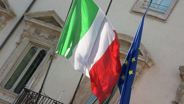 Las banderas de Italia y la UE - Sputnik Mundo