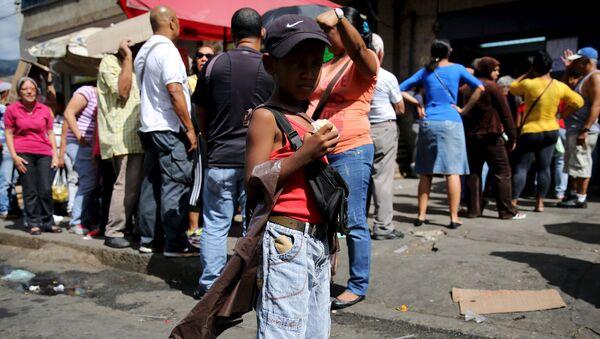 Niño de 7 años vende agua en Caracas - Sputnik Mundo