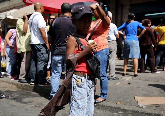 Niño de 7 años vende agua en Caracas