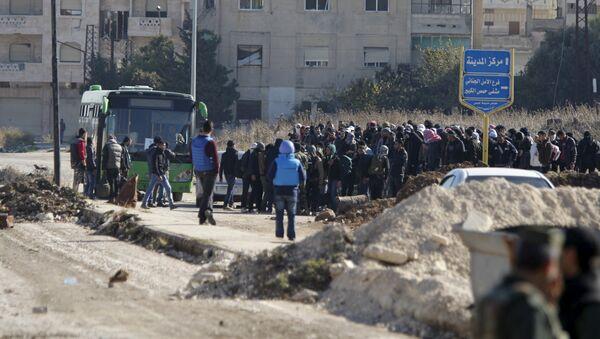 Casi 300 combatientes abandonan la ciudad siria de Homs tras tregua - Sputnik Mundo
