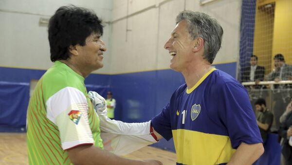 Presidente de Bolivia, Evo Morales, y presidente de Argentina, Mauricio Macri, después de un partido de fútbol - Sputnik Mundo