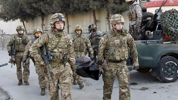 Soldados británicos llevan el cuerpo de un fallecido en un ataque cerca la Embajada de España en Kabul, Afganistán - Sputnik Mundo