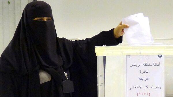 Mujer saudí vota en elecciones municipales - Sputnik Mundo