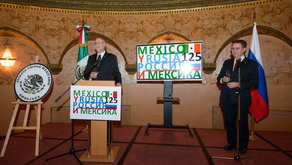 El embajador de México en la Federación de Rusia, Rubén Beltrán, y el director del Departamento para América Latina del Ministerio de Exteriores ruso, Alexander Schetinin (archivo) - Sputnik Mundo