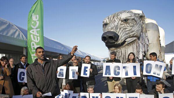 Kumi Naidoo, director ejecutivo de Greenpeace International, durante una manifestación - Sputnik Mundo