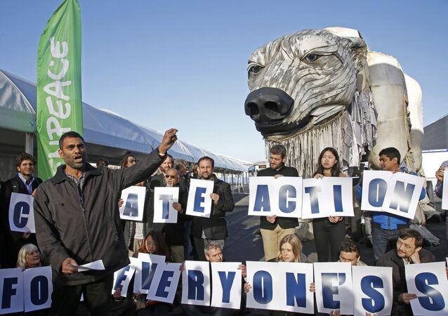 Kumi Naidoo, director ejecutivo de Greenpeace International, durante una manifestación