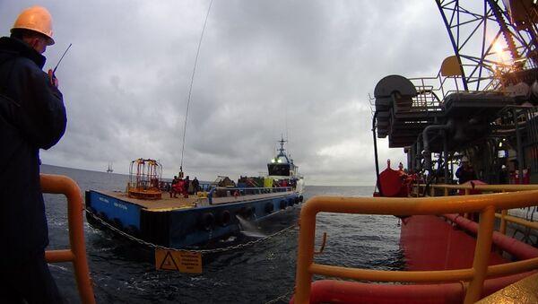 Proceso del traslado de instalaciones perforadoras de la petrolera rusa Chernomorneftegaz - Sputnik Mundo