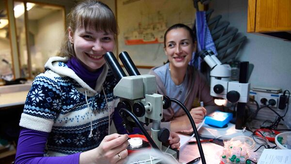Científicas de la DVFU estudian nuevos organismos encontrados en el Mar de Ojotsk - Sputnik Mundo