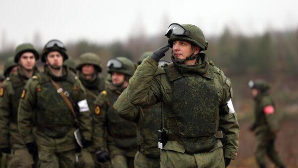 Militares rusos durante las maniobras en la región de Leningrado - Sputnik Mundo