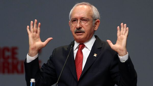 Kemal Kilicdaroglu, leader of Turkey's main opposition Republican People's Party (CHP), delivers a speech during a party meeting in Ankara on September 30, 2015 - Sputnik Mundo
