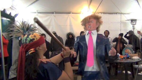 Niños destrozan una piñata en forma de Trump - Sputnik Mundo