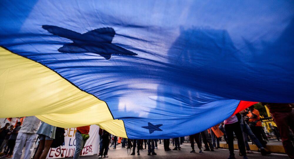 Seguidores de la Mesa de la Unidad Democrática con la bandera de Venezuela